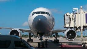 Vliegtuig na aankomst wordt geparkeerd die stock footage