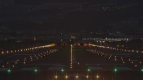 Vliegtuig om van de luchthaven bij nacht op te stijgen - achtermening stock video