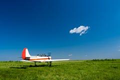 Vliegtuig onder de blauwe hemelen Royalty-vrije Stock Afbeeldingen