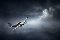 Vliegtuig in onweersbui Royalty-vrije Stock Fotografie