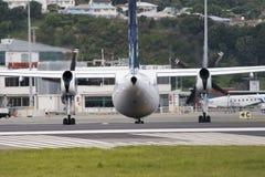 Vliegtuig op baan stock fotografie