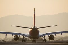 Vliegtuig op baan royalty-vrije stock fotografie