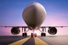 Vliegtuig op baan Stock Afbeeldingen