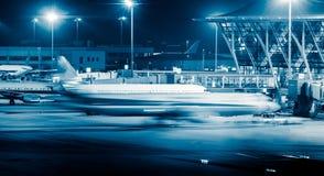 Vliegtuig op baan in blauwe toon Royalty-vrije Stock Foto