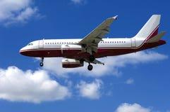 Vliegtuig op blauwe en bewolkte hemel Royalty-vrije Stock Foto