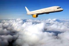 Vliegtuig op blauwe hemel stock foto's