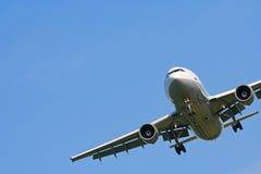 Vliegtuig op blauwe hemel stock afbeeldingen