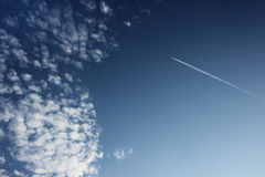 Vliegtuig op blauwe hemel Stock Fotografie