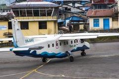 Vliegtuig op de baan bij Lukla-luchthaven stock afbeelding