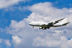 Vliegtuig op de blauwe hemelachtergrond royalty-vrije stock afbeelding