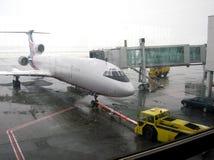 Vliegtuig op de regen royalty-vrije stock afbeeldingen