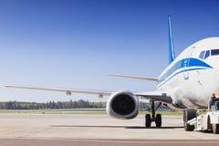 Vliegtuig op een baan in de luchthaven Royalty-vrije Stock Afbeeldingen
