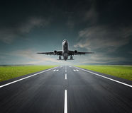 Vliegtuig op een bewolkte dag Royalty-vrije Stock Afbeelding