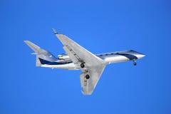 Vliegtuig op een blauwe achtergrond stock foto's