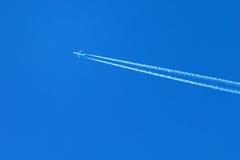 Vliegtuig op een blauwe hemel Stock Foto's