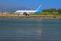 Vliegtuig op een kust Stock Afbeelding