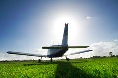 Vliegtuig op gebied royalty-vrije stock foto's