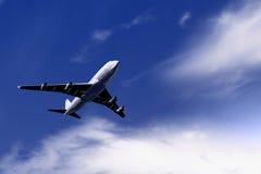 Vliegtuig op hemel Stock Afbeeldingen