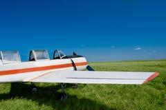 Vliegtuig op het gebied Royalty-vrije Stock Afbeeldingen