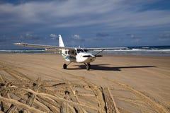 Vliegtuig op het strand Stock Afbeeldingen