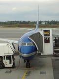 Vliegtuig op luchthaven Stock Afbeelding