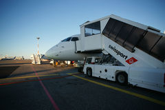 Vliegtuig op luchthaven Royalty-vrije Stock Afbeeldingen