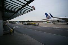 Vliegtuig op luchthaven Stock Foto's