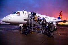 Vliegtuig op tarmac met passagiers het inschepen stock afbeeldingen