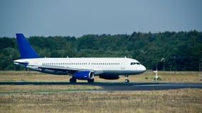 Vliegtuig op taxisteeg Stock Foto's