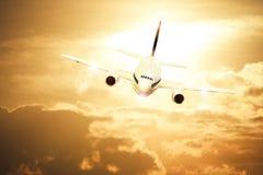 Vliegtuig op zonsonderganghemel Stock Afbeeldingen