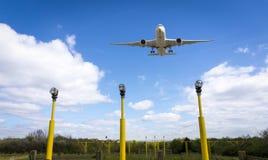 Vliegtuig over baan, de Luchthaven van Manchester, Engeland Royalty-vrije Stock Foto