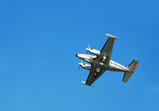 Vliegtuig over blauwe hemel Royalty-vrije Stock Afbeeldingen