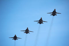 Vliegtuig over de blauwe hemel Stock Afbeeldingen