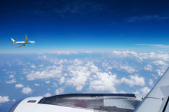Vliegtuig over de Wolken Stock Foto's