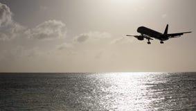 Vliegtuig over het overzees stock foto's