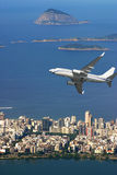 Vliegtuig over strand Ipanema in Brazilië Royalty-vrije Stock Foto