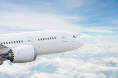 Vliegtuig over wolken Royalty-vrije Stock Foto's