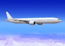 Vliegtuig over wolken van aerosfeer Stock Foto's
