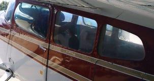 Vliegtuig in ruimtevaarthangaar 4k wordt geparkeerd die stock videobeelden