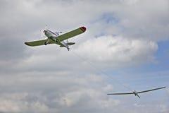 Vliegtuig slepend zweefvliegtuig Stock Foto's