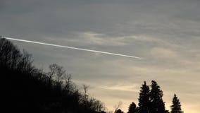 Vliegtuig tijdens de vlucht bij zonsondergang stock footage