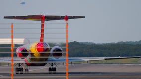 Vliegtuig vóór vertrek van Dusseldorf stock videobeelden
