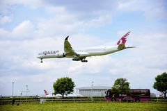 Vliegtuig van de luchtroutes van Qatar stock afbeelding