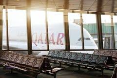 Vliegtuig van de luchtroutes van Qatar in de internationale luchthaven van Doha royalty-vrije stock fotografie