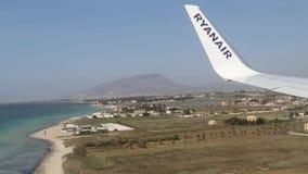 Vliegtuig van het land van luchtvaartlijnryanair in Sicilië - Trapan stock footage