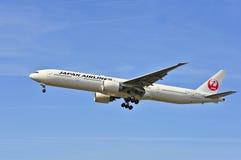 Vliegtuig van Japan Airlines boven de luchthaven van Frankfurt Stock Fotografie