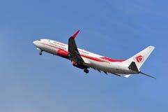 Vliegtuig van Lucht Algerie boven de luchthaven van Frankfurt Royalty-vrije Stock Foto