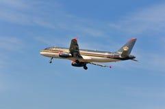 Vliegtuig van Royal Jordanian-Luchtvaartlijnen boven de luchthaven van Frankfurt Stock Afbeelding