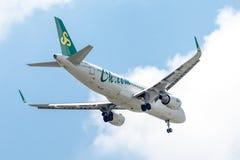 Vliegtuig van Spring Airlines of Luchtroutes op de hemel die aan Suvanabhumi-luchthaven landen Royalty-vrije Stock Afbeelding