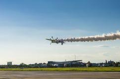 Vliegtuig vliegende bovenkant - neer Royalty-vrije Stock Foto